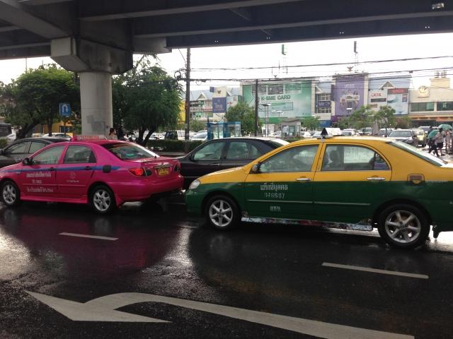 タイ・バンコク市内を走るカラフルなタクシー