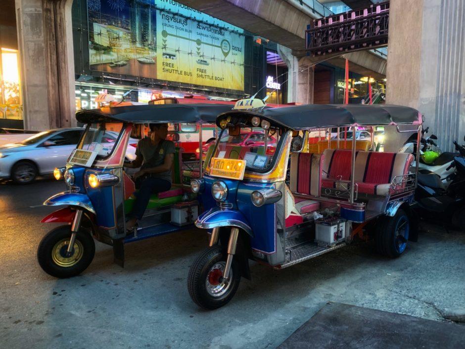 タイ・バンコク市内を走るトゥクトゥク
