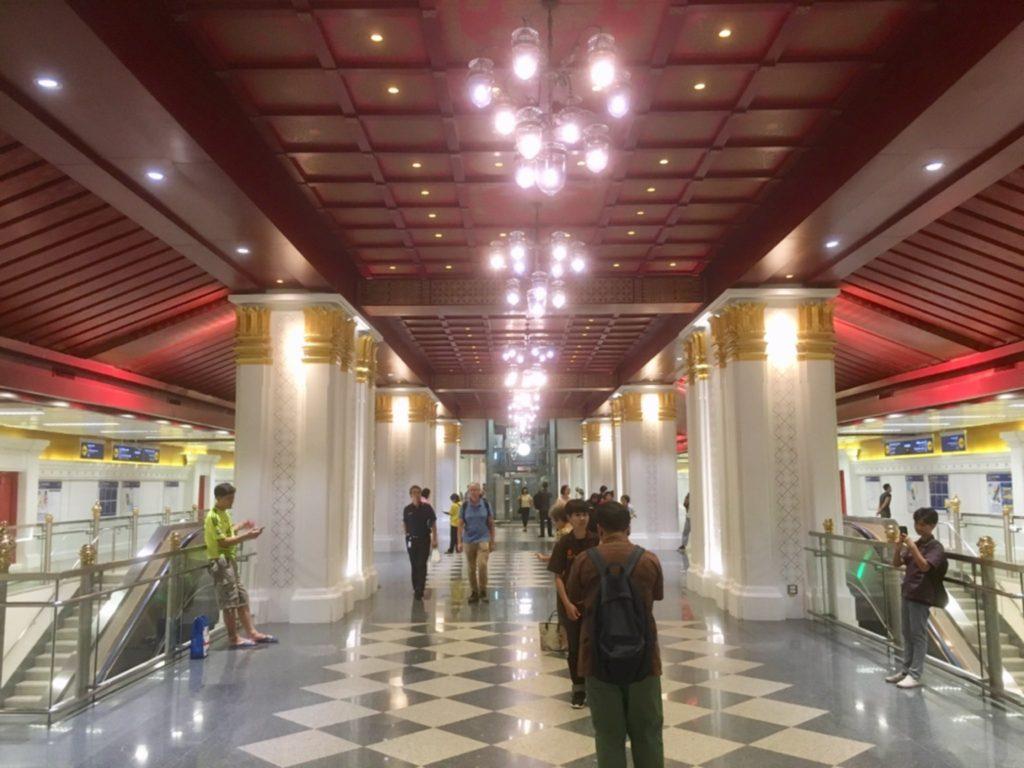 タイ・バンコクの三大寺院の最寄り駅であるサナームチャイ駅