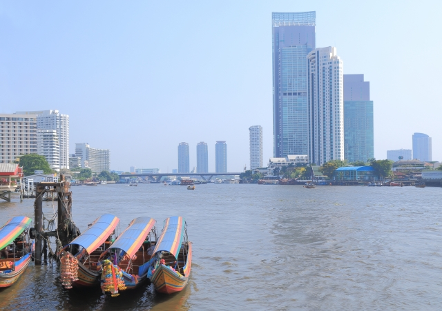 タイ・バンコクのチャオプラヤー川のリバーサイド