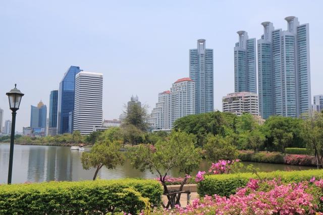 タイ・バンコクの公園と高層ビル群
