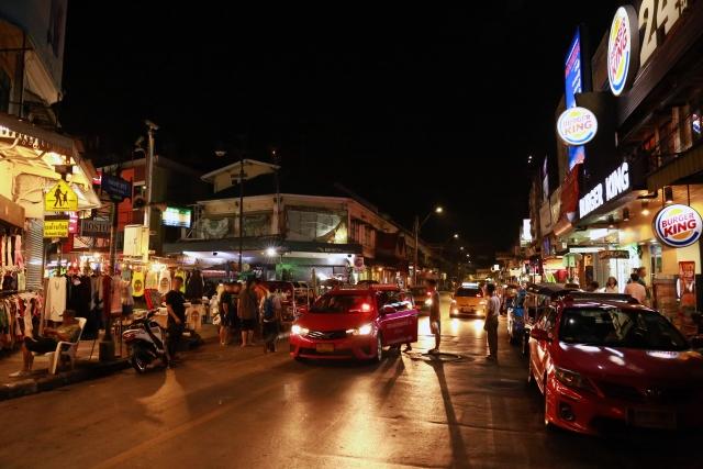 タイ・バンコクのバックパッカーの聖地、カオサン通りの夜の景色
