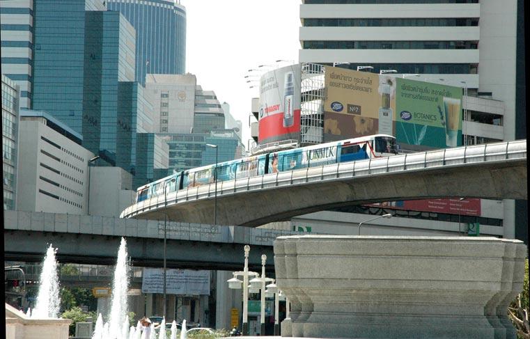 タイ・バンコクのシーロムエリアを走るBTSスカイトレイン