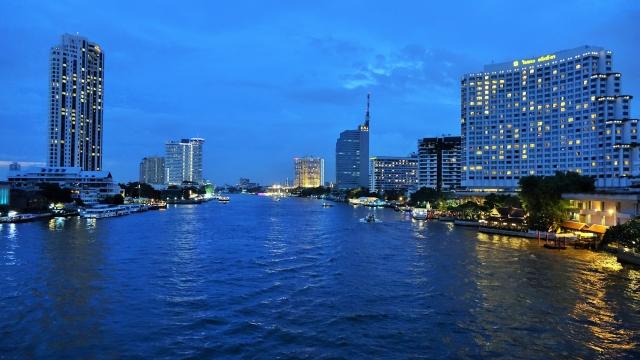 タイ・バンコクのチャオプラヤー川沿いの夜の景色