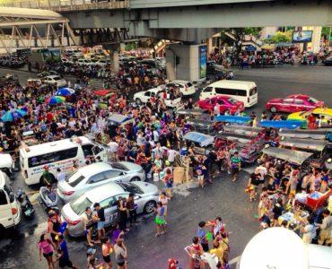 タイ・バンコクのソンクラーン、シーロム通りの水かけ祭りの会場の様子