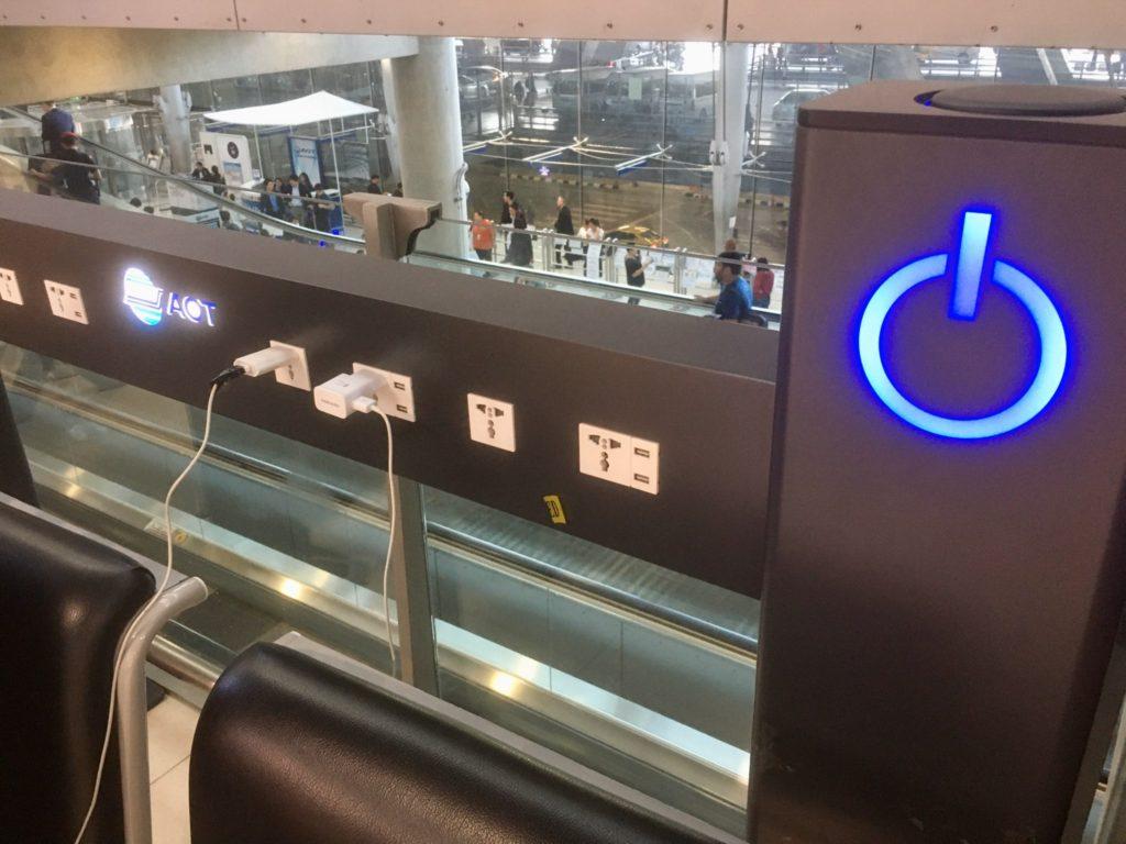 バンコク・スワンナプーム空港内にあるベンチの充電スタンド
