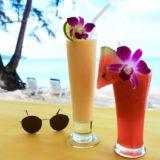 タイの祝日にビーチで飲むジュース