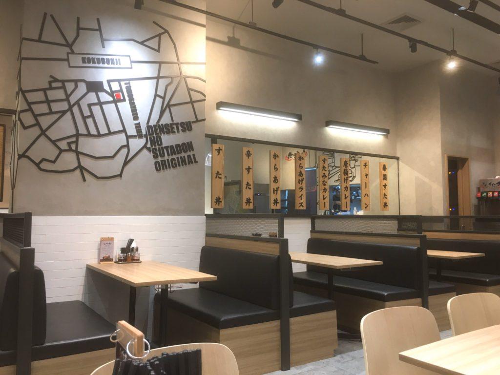 タイ・バンコクに初出店した伝説のすた丼屋の店内(ソファ席)