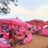 Tutu Beachに並ぶピンク色のソファー
