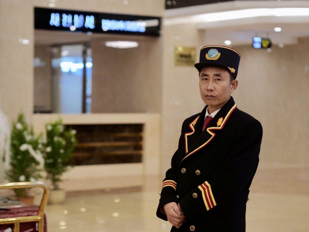 北朝鮮・平壌市内にある羊角島ホテルのボーイさん
