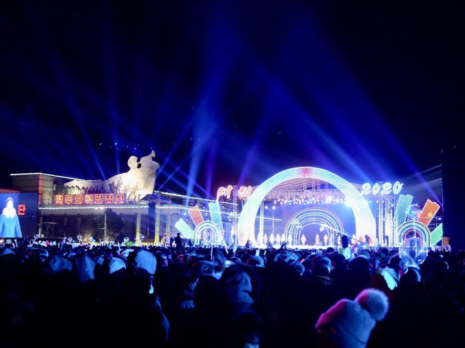 北朝鮮・平壌の金日成広場で開催された2019-2020カウントダウンイベントの花火大会会場のステージ