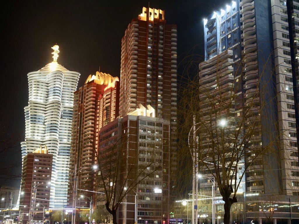 北朝鮮・平壌市内の夜の街並み、ビルの数々