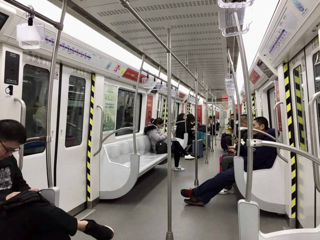 中国・大連を走る地下鉄の車内