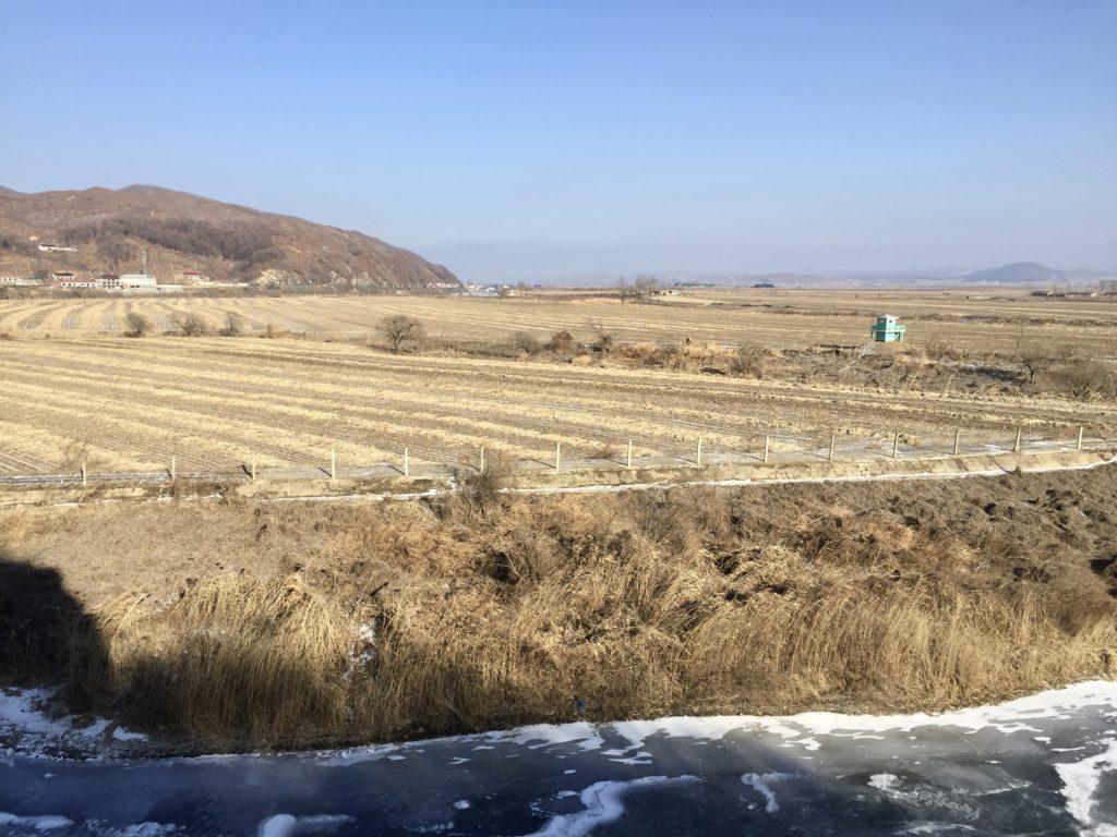 北朝鮮との国境にある一歩跨から見た北朝鮮の農村