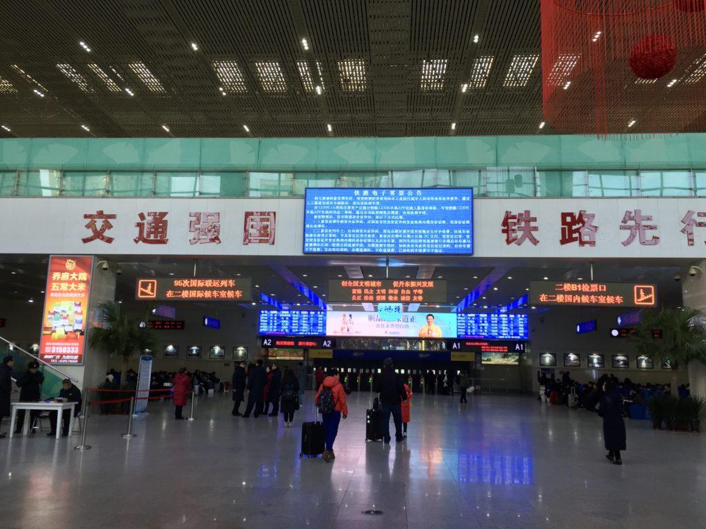 中国丹東駅の待合室