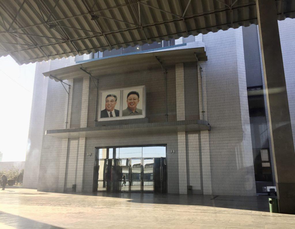 北朝鮮・新義州駅の金日成と金正日の肖像画