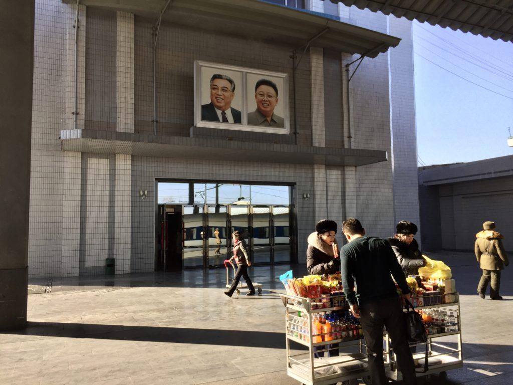 北朝鮮・新義州駅の売店