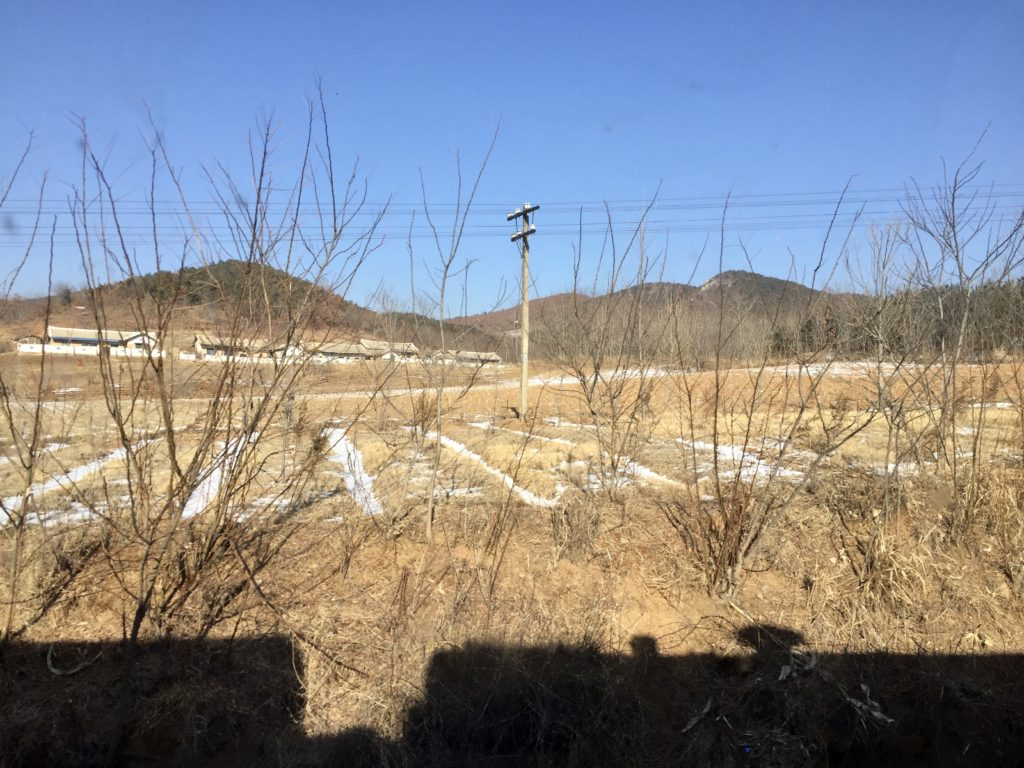 北朝鮮・平壌行き国際列車から見る田舎の風景