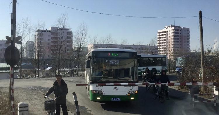 北朝鮮・新義州駅から出てすぐの踏切