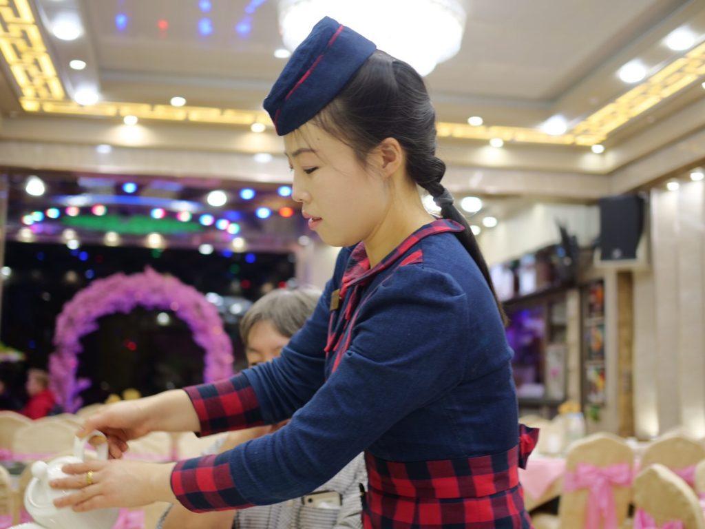 北朝鮮・平壌市内の外国人用レストランで働くサービスの店員、ウエイトレスさん