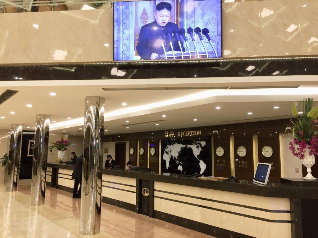 北朝鮮・平壌市内にある羊角島ホテルのテレビに映る金正恩