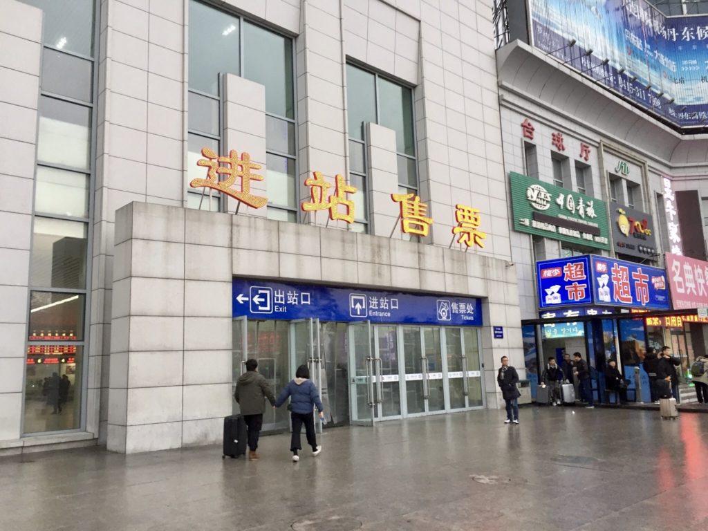北朝鮮の国境の町である中国丹東駅のチケット売り場