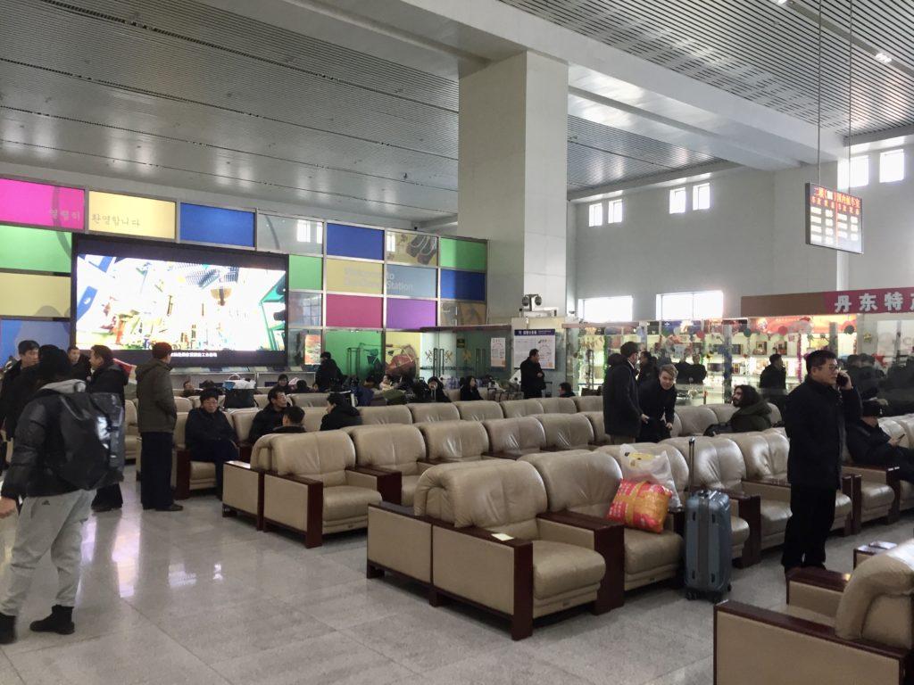 北朝鮮行き列車の丹東駅の待合室