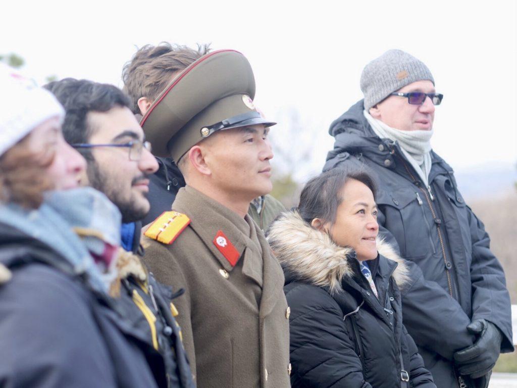 板門店で北朝鮮軍将校との記念撮影