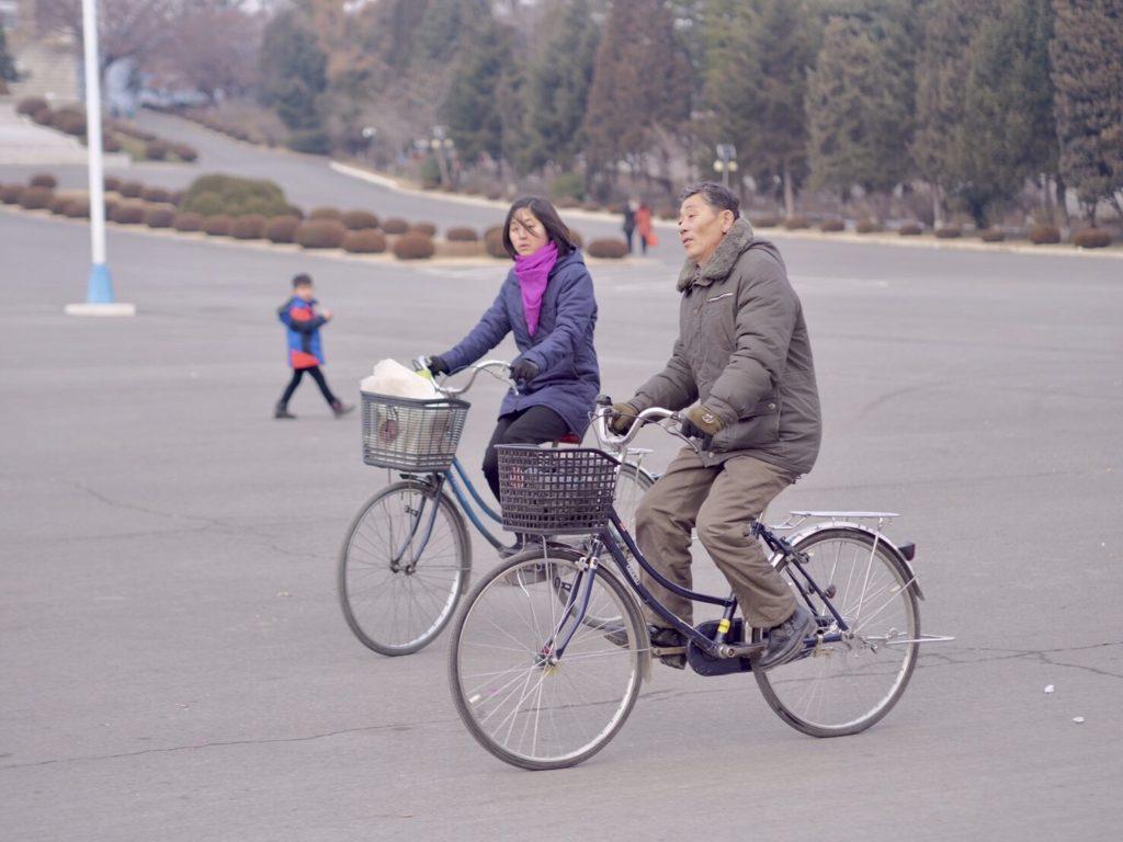 北朝鮮の開城で自転車に乗る人々
