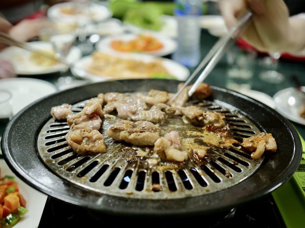 北朝鮮・平壌市内のレストランで食べるアヒルの焼肉