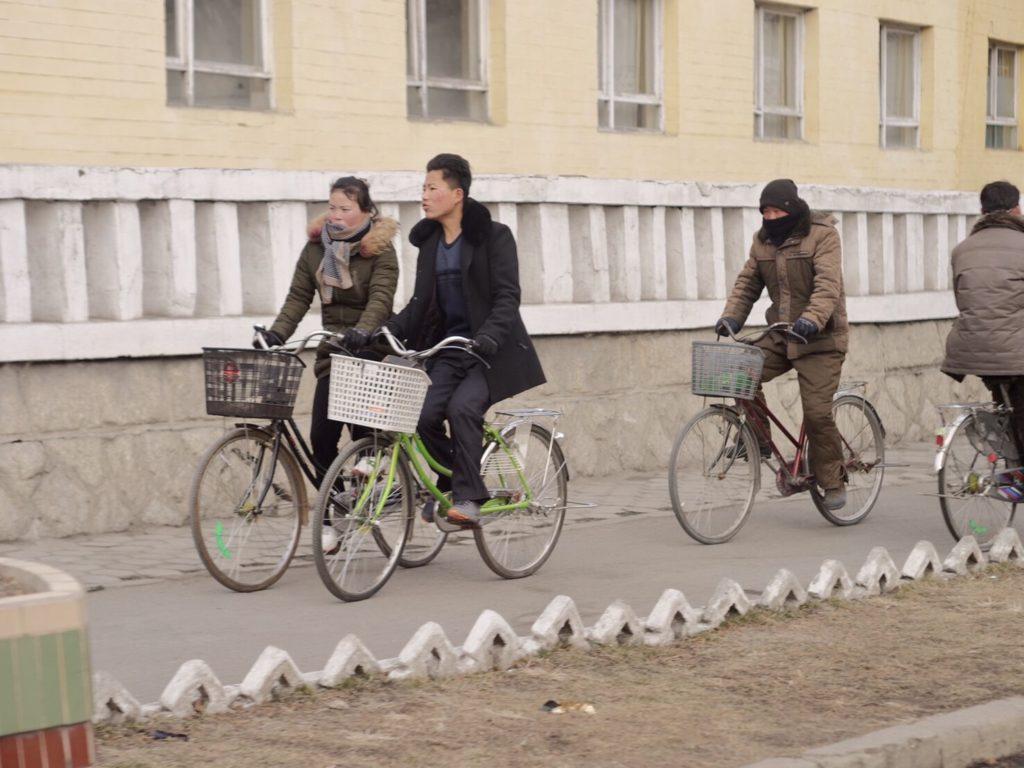北朝鮮の古都開城で自転車で移動する人々