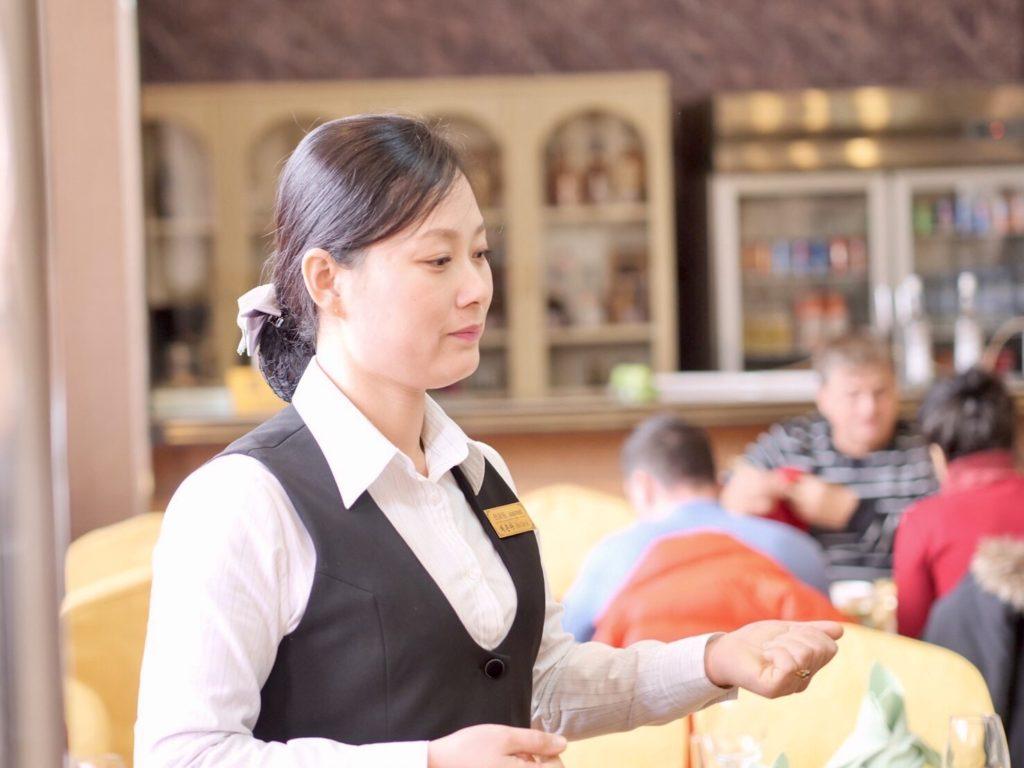 北朝鮮・開城のレストランの店員