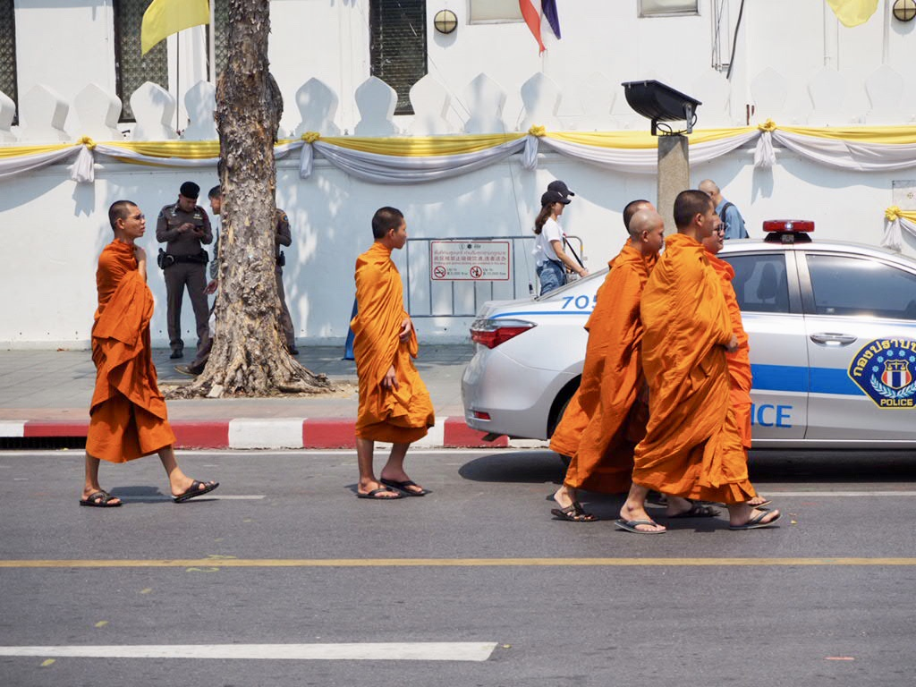 タイ・バンコクの王宮エリアや三大寺院を歩く僧侶