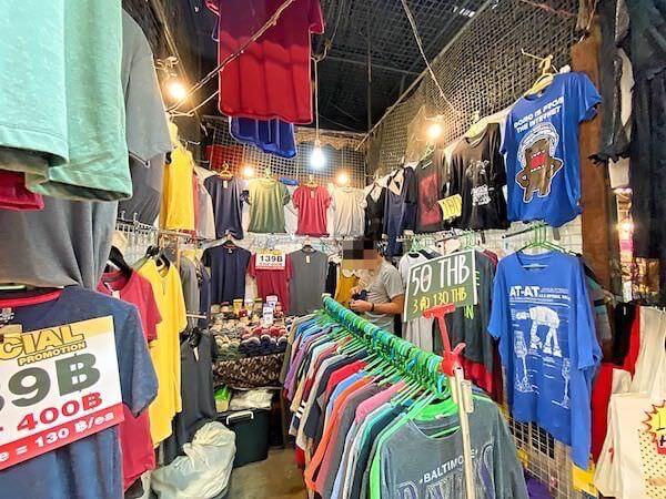 チャトゥチャックのTシャツ専門店「Just-T」の店内2