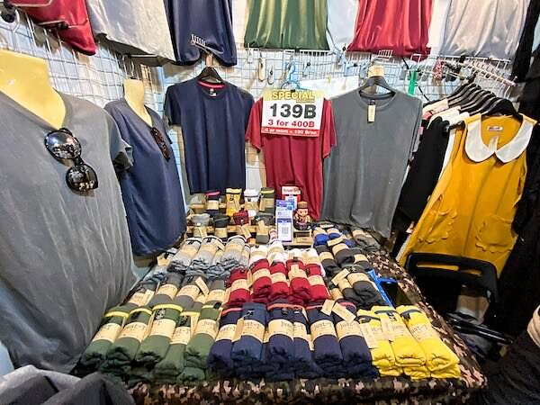 チャトゥチャックのTシャツ専門店「Just-T」の店内3