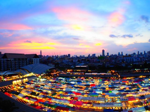 タイ・バンコクの女子旅で行きたいインスタ映えナイトマーケット「タラート・ロットファイ・ラチャダー」