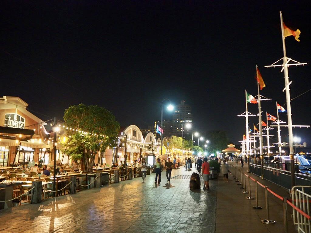 タイ・バンコク最大級のナイトマーケット「アジアティーク・ザ・リバーフロント」のチャオプラヤー川沿い