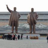 北朝鮮・平壌にある万寿台の丘の金日成と金正日の銅像