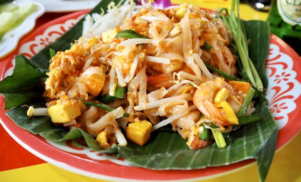 タイ・バンコクの屋台で食べるパッタイ