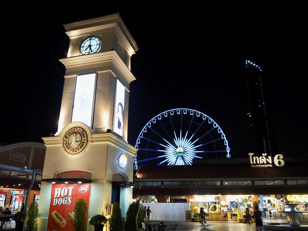タイ・バンコク最大級のナイトマーケット「アジアティーク・ザ・リバーフロント」の時計台と観覧車