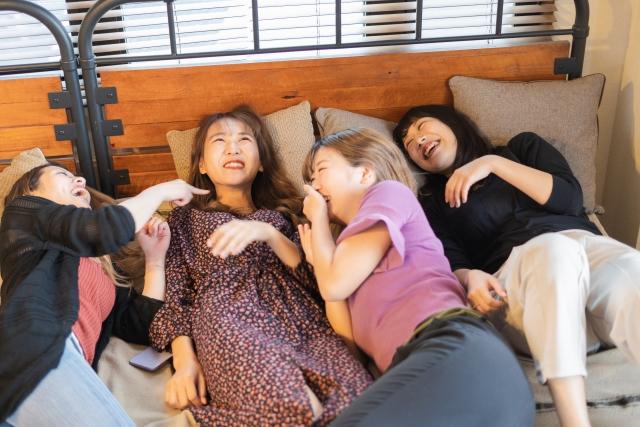タイ・バンコクのホテルでじゃれ合う女子旅グループ
