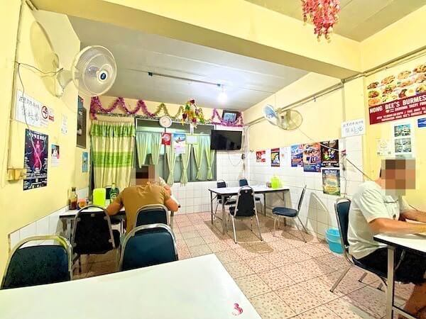 チェンマイのニマンヘミン通りにあるビルマ料理食堂「Nong Bee's Burmese Restaurant and Library」の店内