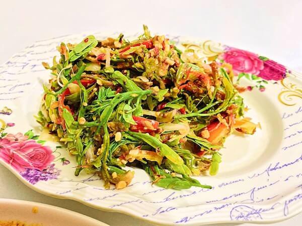 チェンマイのニマンヘミン通りにあるビルマ料理食堂「Nong Bee's Burmese Restaurant and Library」で食べたタマリンドサラダ