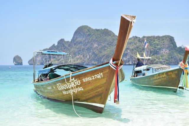 タイ・プーケットのピピ島のビーチに浮かぶボート
