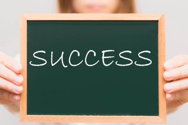成功を掲げる女性