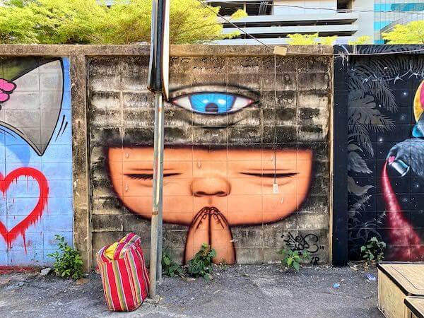 バンコクの路上に描かれているマルディ