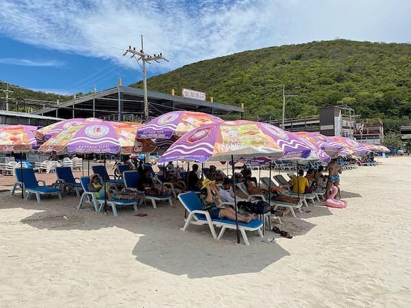 ラン島のタワエンビーチに並ぶビーチチェア