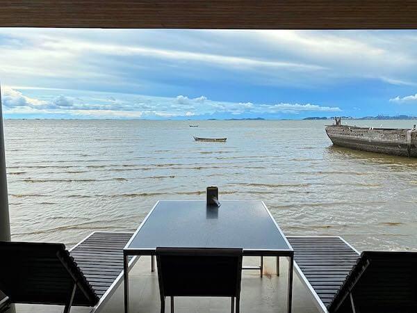 パタヤ・ナクルアのムンアロイ客席から見える海