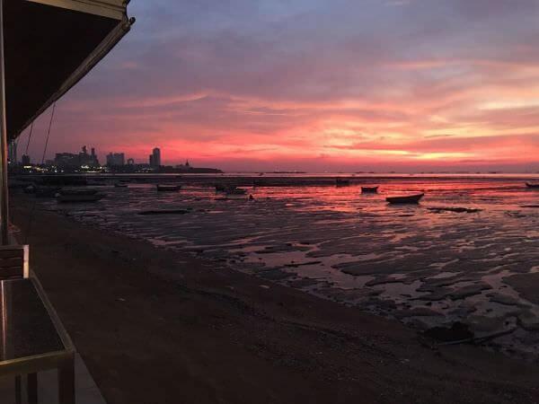 パタヤ・ナクルアのムンアロイ客席から見える海と夕日