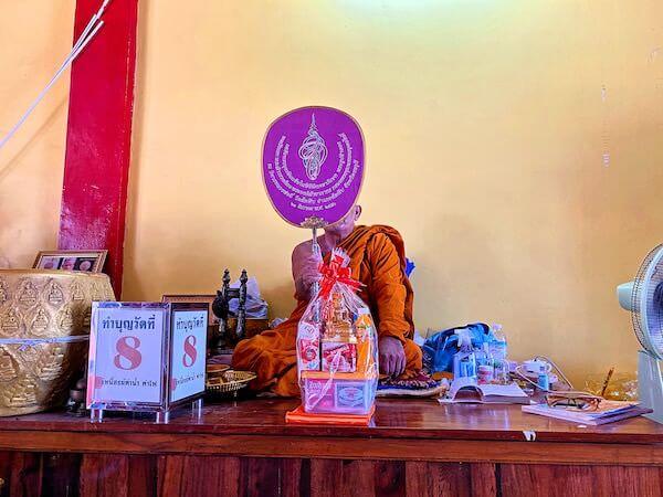 ワット・パー・ユップにあるピンクのガネーシャ台座下の空間にいた僧侶